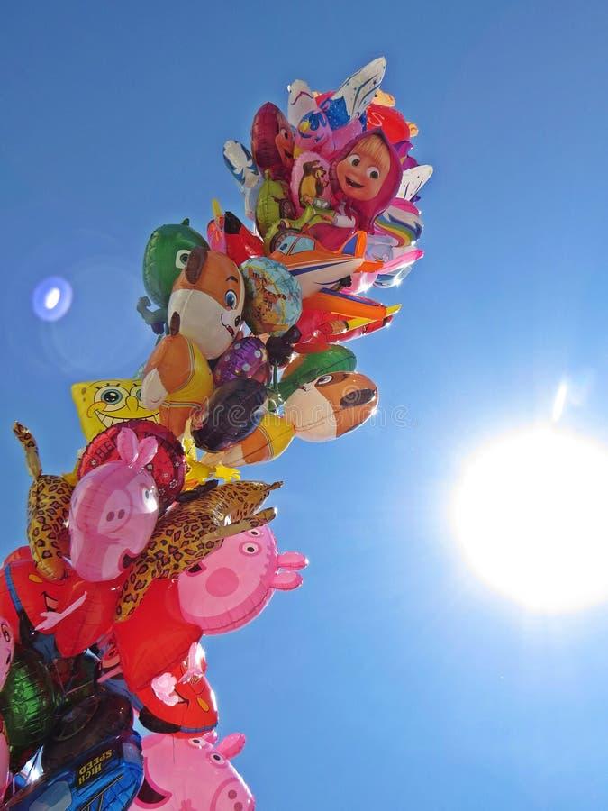 Pile des ballons volants remplis par hélium pour des enfants avec le ciel et du Sun à l'arrière-plan, mai 2018, Varsovie Pologne images libres de droits