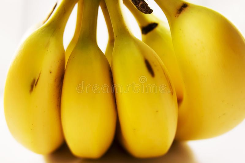 Pile des bananes à vendre à un marché d'agriculteurs photos stock