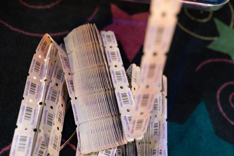 Pile des billets de tombola au parc d'attractions photographie stock libre de droits