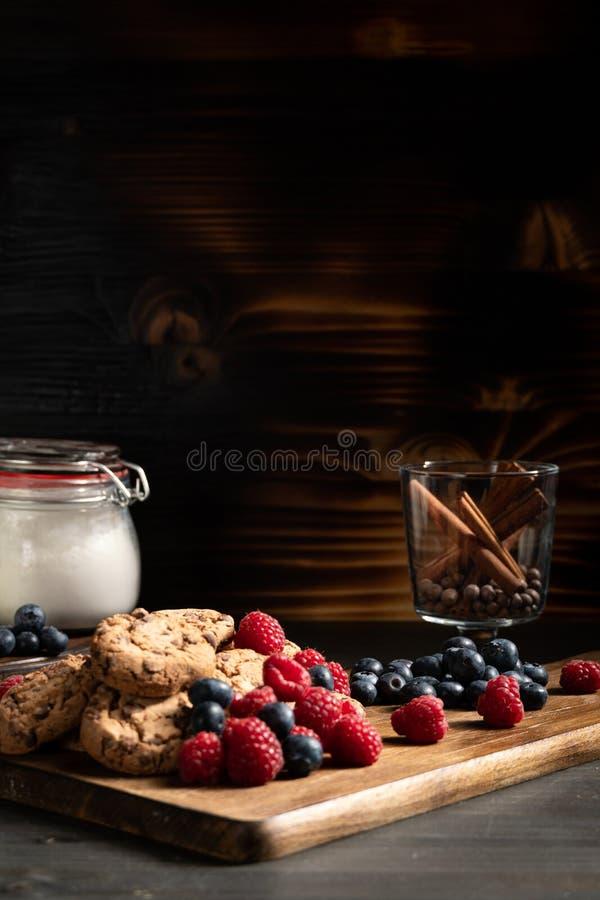Pile des biscuits délicieux sur le conseil en bois photo libre de droits