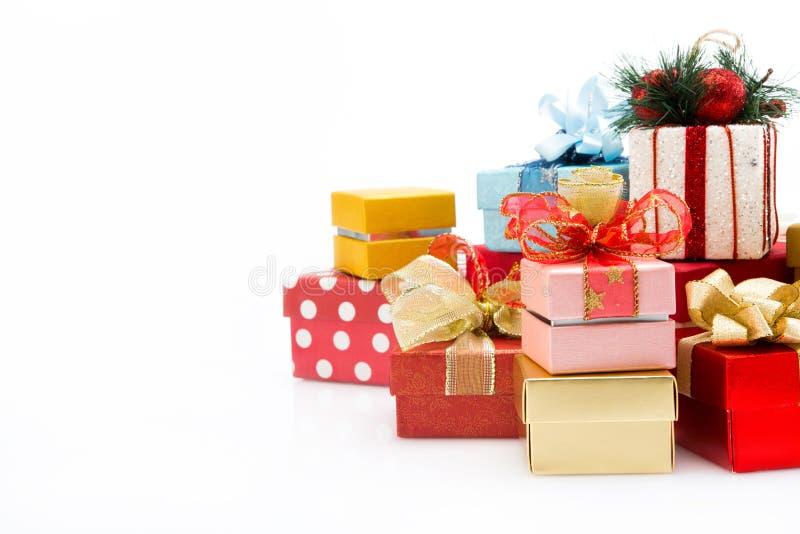 Pile des boîte-cadeau colorés d'isolement sur le fond blanc images stock