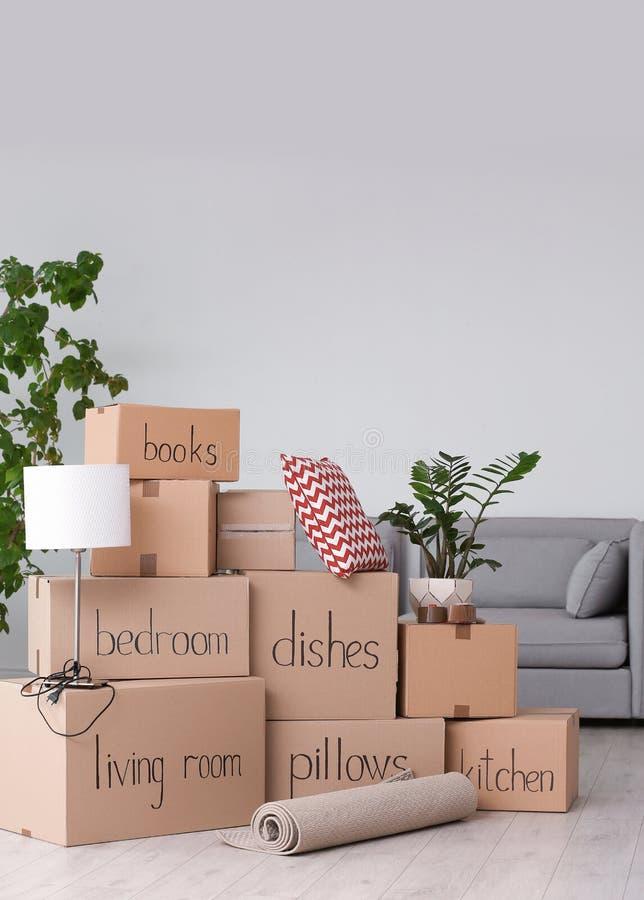 Pile des boîtes et de la substance de ménage mobiles image libre de droits