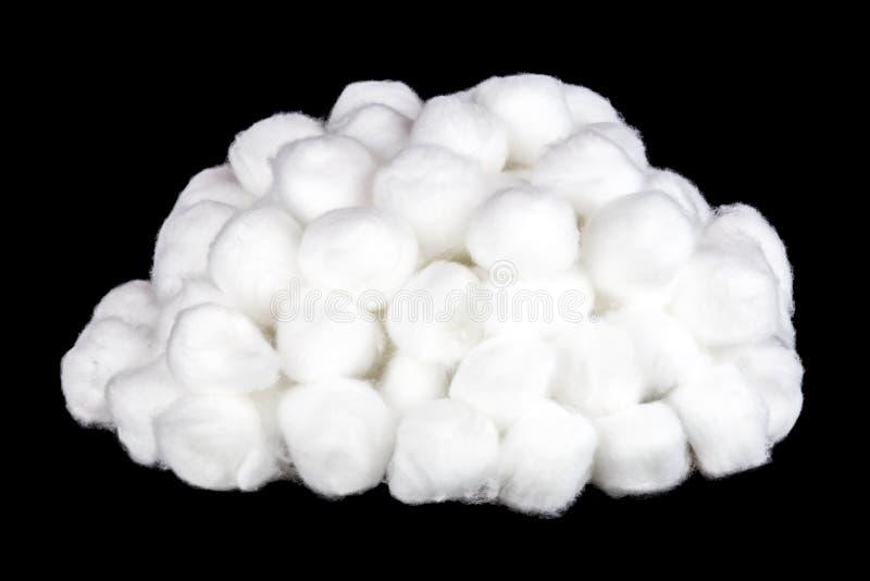 Pile des boules de coton sur un fond noir photos stock