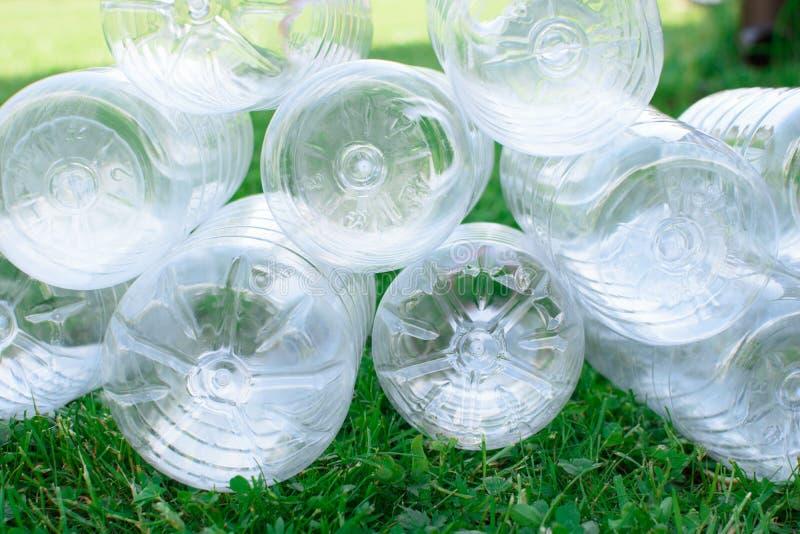 Pile des bouteilles en plastique utilisées images stock