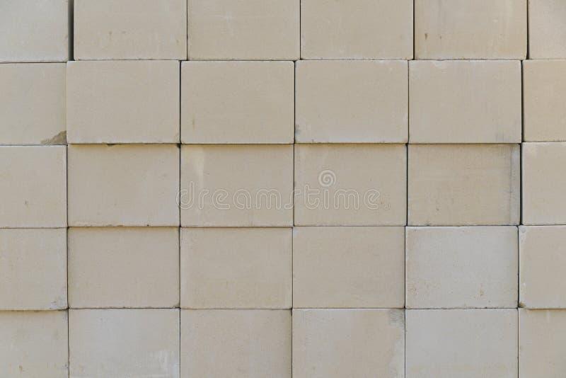Pile des briques disposées images libres de droits