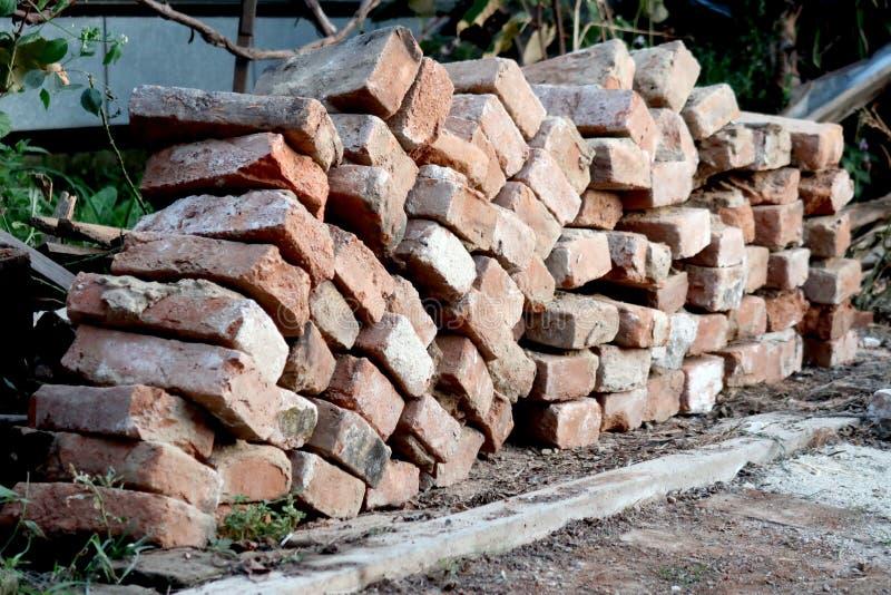 Pile des briques rouges organisées de la maison démolie photo stock