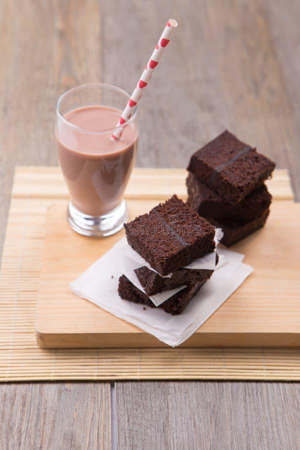 Pile des 'brownie' avec le lait chocolaté photographie stock libre de droits