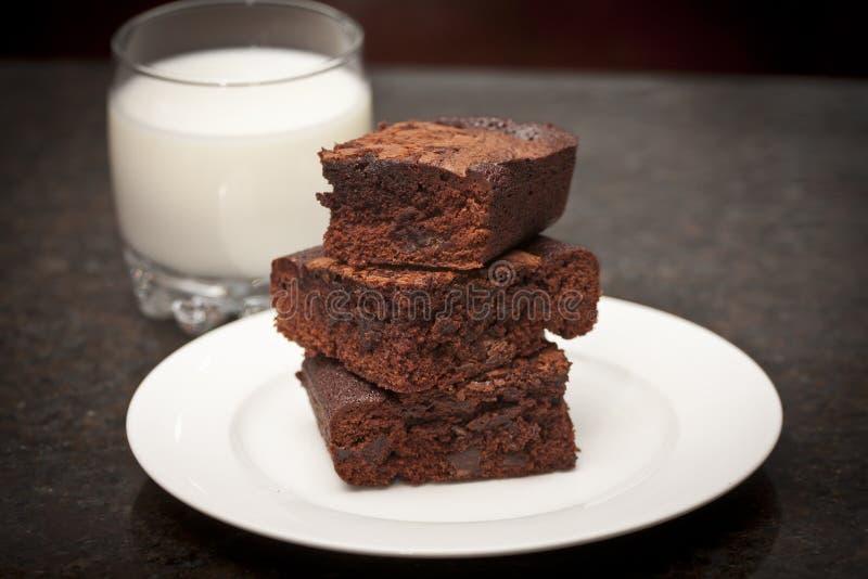 Pile des 'brownie' et du lait images stock