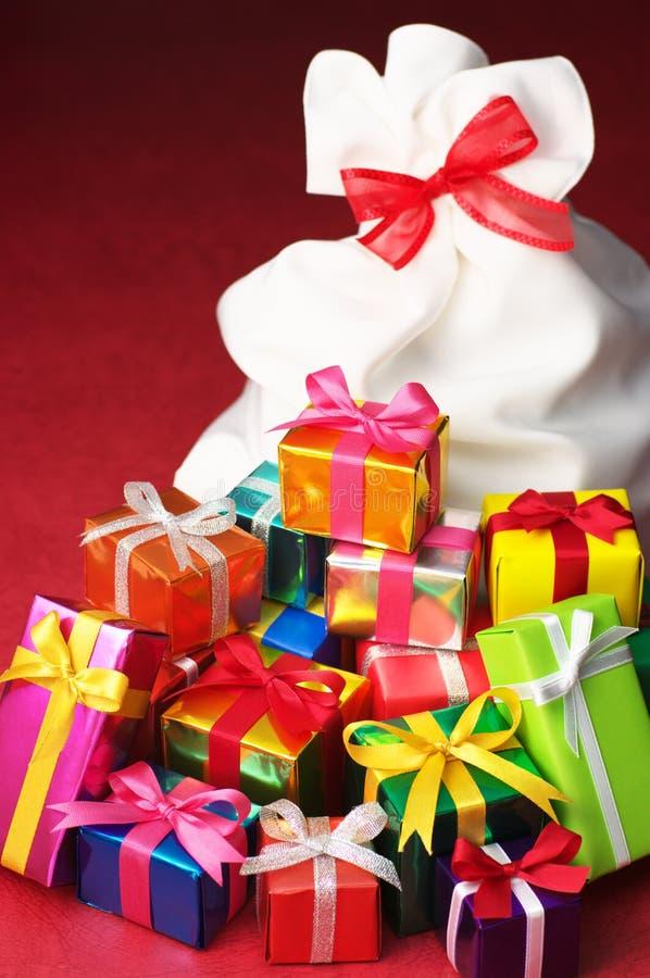 Pile des cadeaux de Noël et du sac blanc. photographie stock