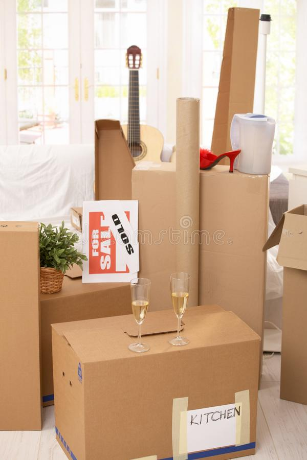Pile des cadres et du champagne dans la nouvelle maison photo stock