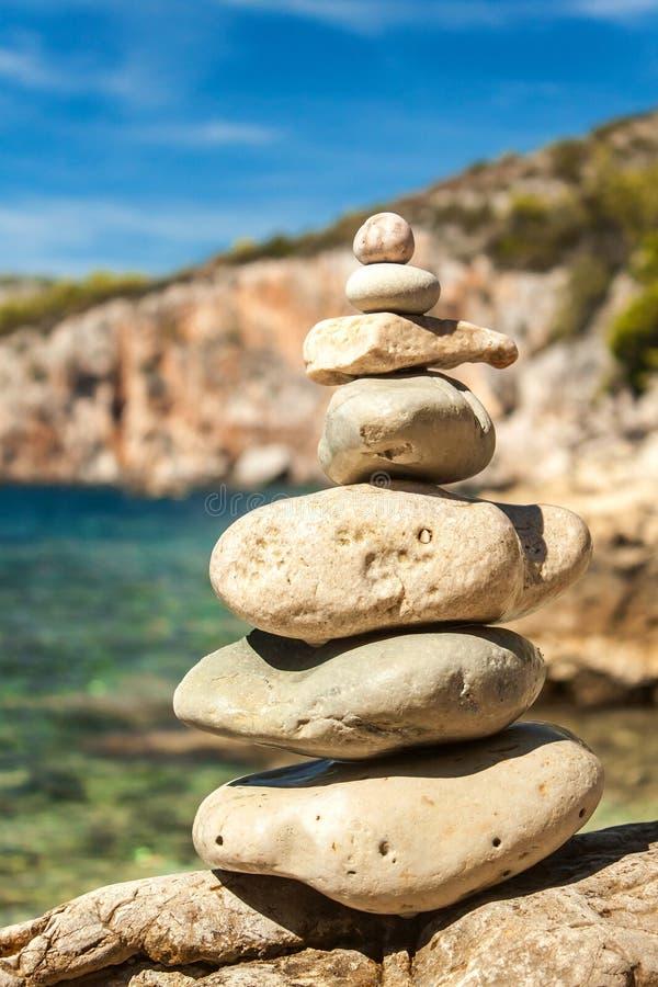 Pile des cailloux sur le bord de mer un beau jour Pile de caillou sur le bord de la mer Pyramide en pierre Pierres équilibrées de image libre de droits