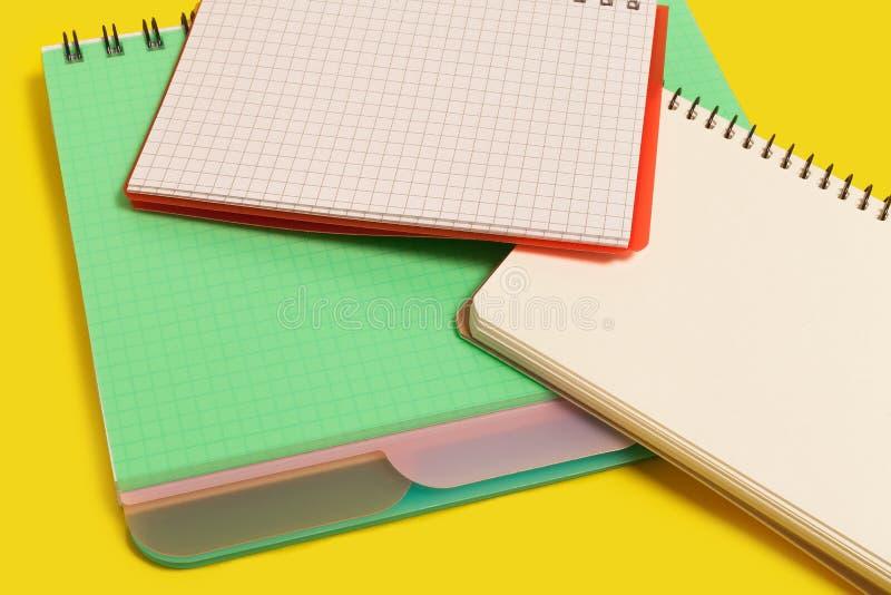 Pile des carnets de notes à spirale images stock