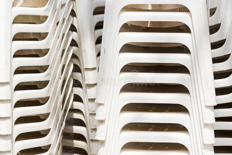 Pile des chaises de plate-forme en plastique blanches photo stock