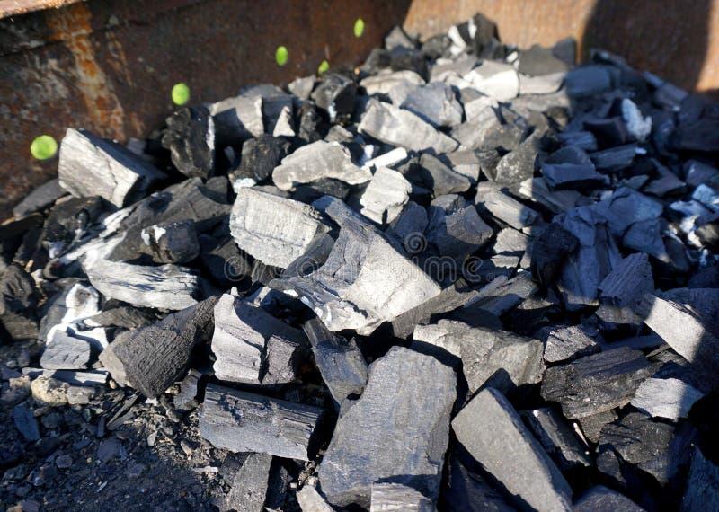 Download Pile des charbons photo stock. Image du brûlé, gril, chaud - 76087076