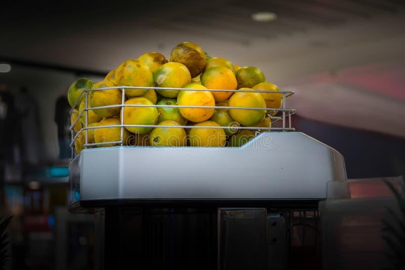 Pile des chaux mises en cage et empilées dans la machine juicing commerciale prête à traiter images libres de droits