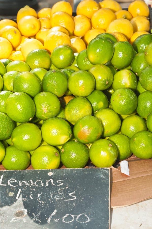 Pile des citrons et des chaux montrés à un marché d'agriculteurs photos stock