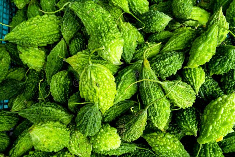 Pile des courges amères vertes au marché d'un agriculteur photo stock