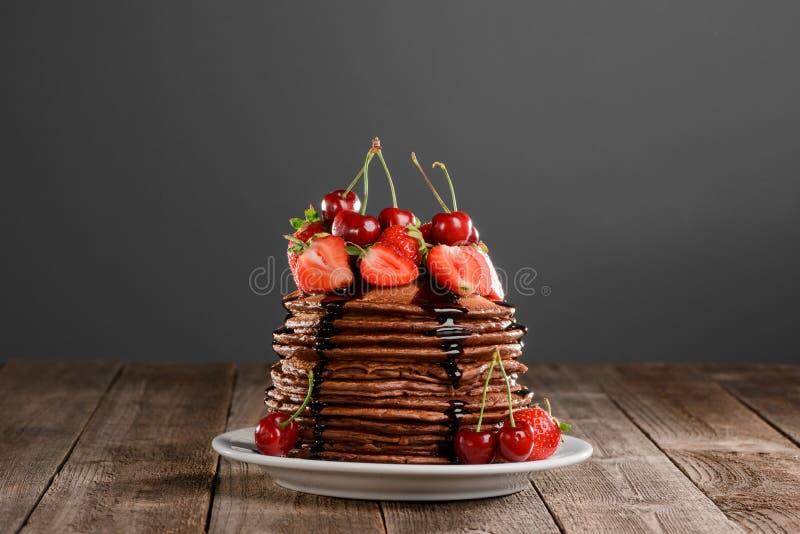 Pile des crêpes parfaites de chocolat photos libres de droits