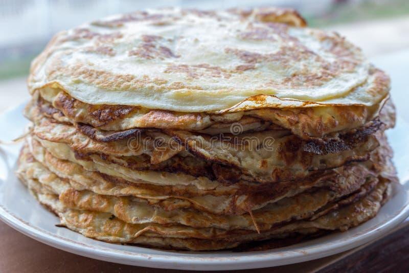 Pile des crêpes savoureuses Crêpes russes traditionnelles Concept doux de déjeuner Concept de dessert images libres de droits