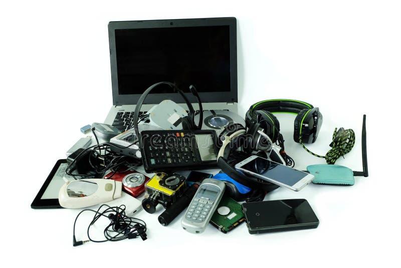 Pile des déchets électroniques, instruments pour l'usage quotidien d'isolement sur le fond blanc photos stock