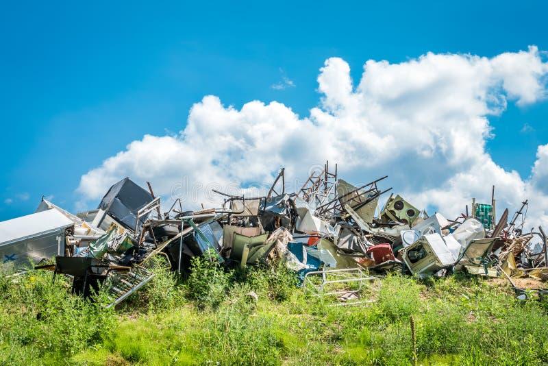 Pile des déchets métalliques à réutiliser le site image stock