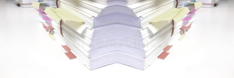 Pile des documents dans le bureau photos stock