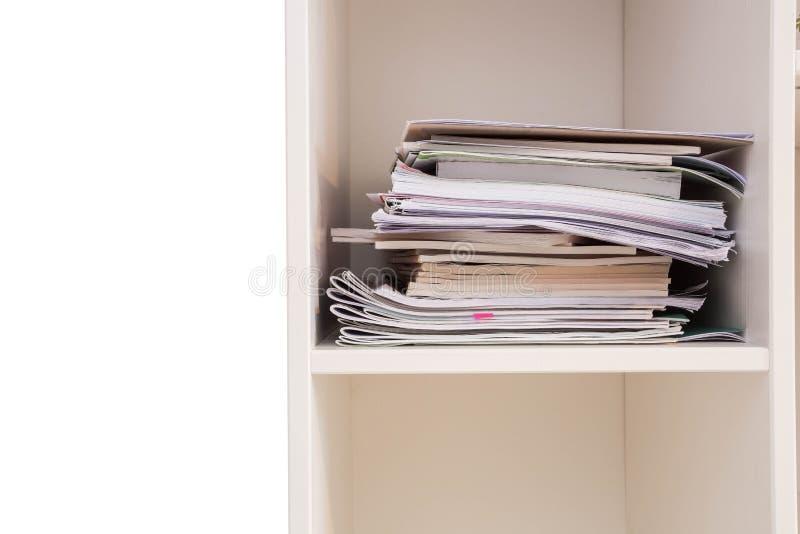Pile des documents sur une pile en bois d'étagère attendant haut pour être contrôlé, plan rapproché de cabinet photo libre de droits