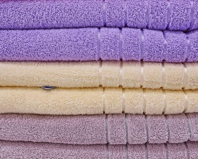 Pile des essuie-main colorés images stock