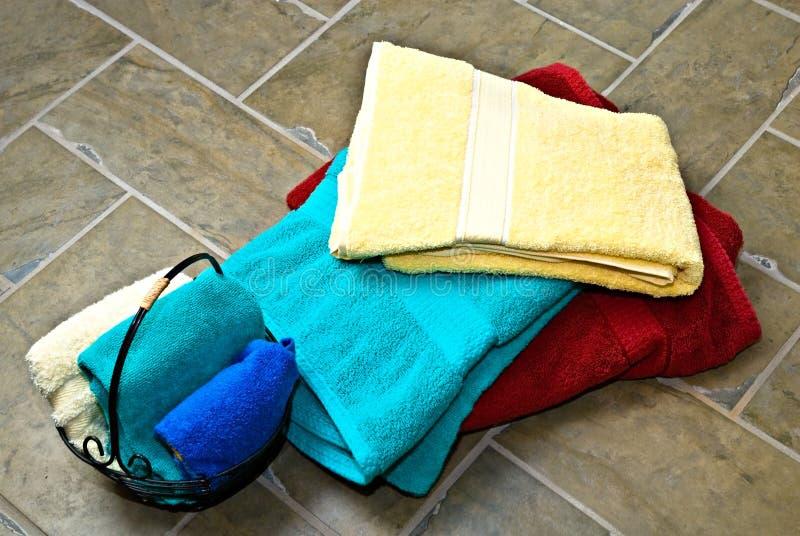 Pile des essuie-main/du plancher de tuiles images stock