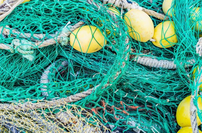 Pile des filets de pêche, des cordes et des balises commerciaux image stock