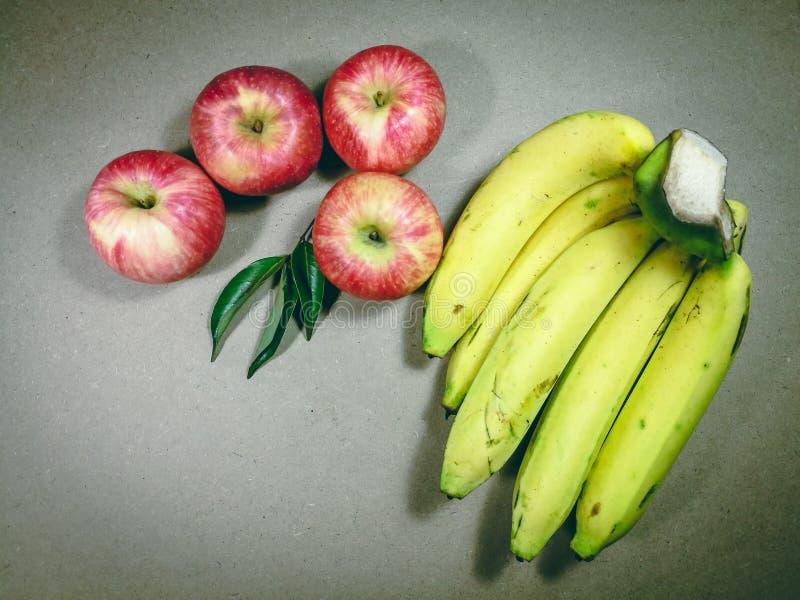 Pile des fruits, assortiment des fruits exotiques d'isolement sur le fond gris Disposition créative faite de fruits frais image libre de droits