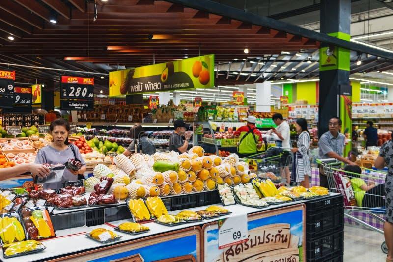 Pile des fruits tropicaux dans le hypermart thaïlandais photo libre de droits