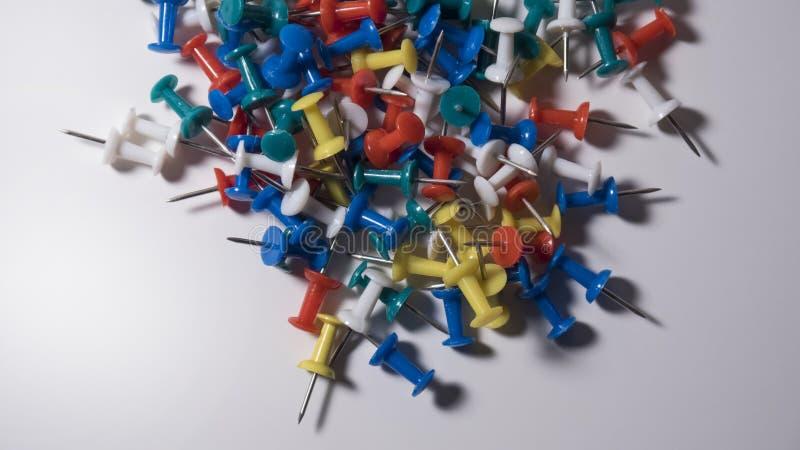 Pile des goupilles colorées de poussée image libre de droits