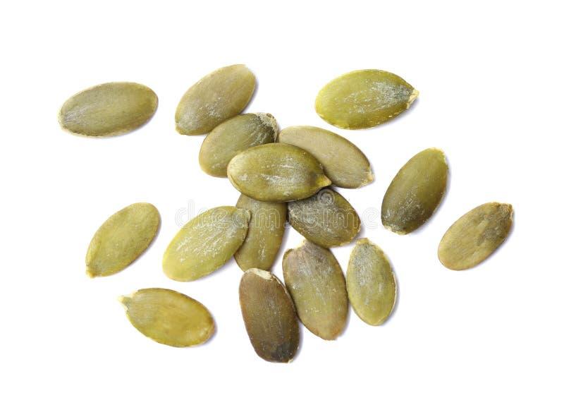 Pile des graines de citrouille crues sur le fond blanc photographie stock