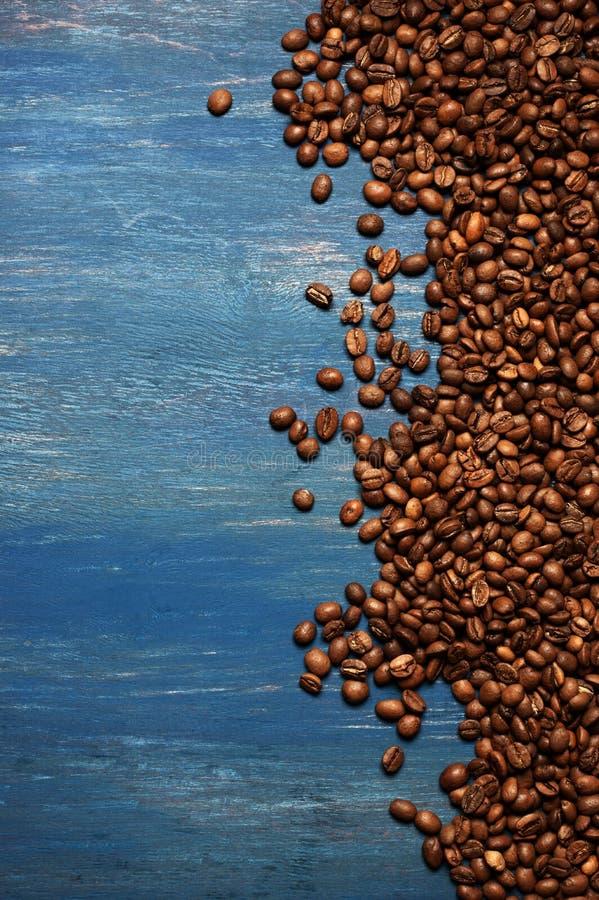 Pile des grains de café sur le bois bleu image libre de droits