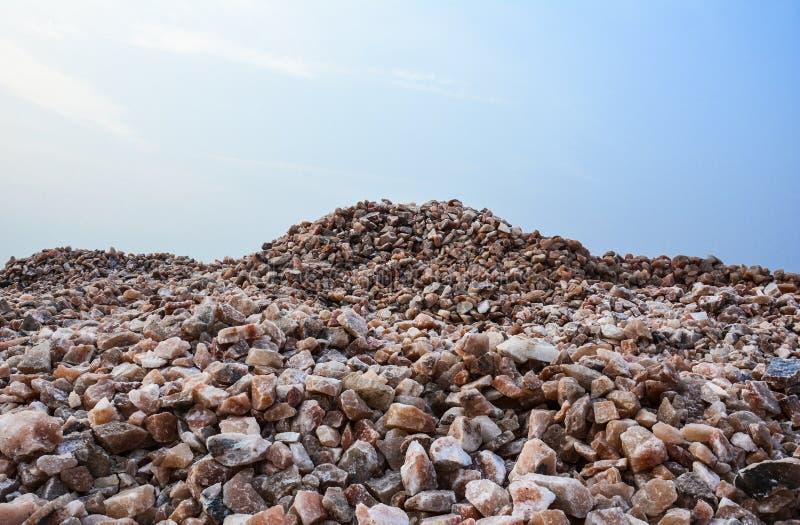 Pile des gros morceaux crus de sel gemme photos stock