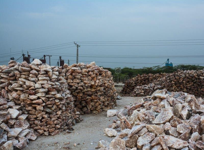 Pile des gros morceaux crus de sel gemme photographie stock libre de droits