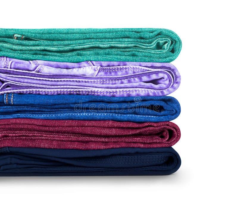 Pile des jeans colorés sur un blanc image libre de droits