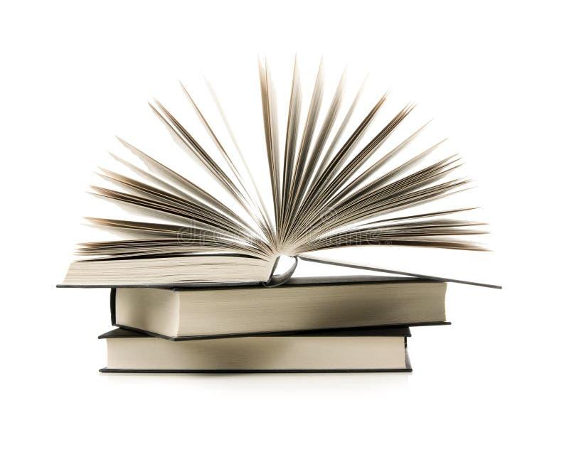 Pile des livres avec un livre ouvert images stock