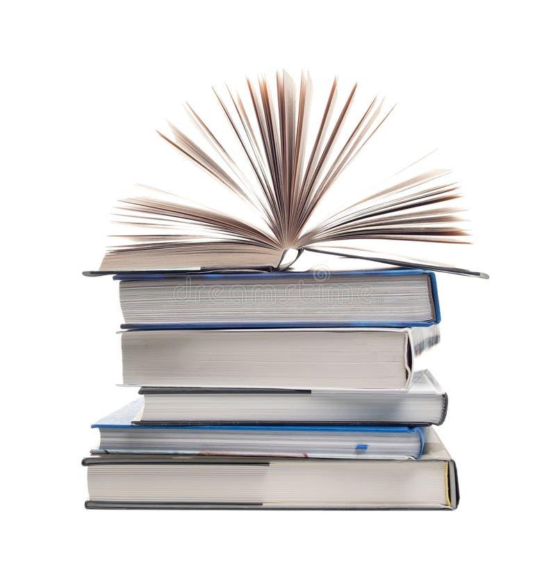 Pile des livres avec un livre ouvert photographie stock