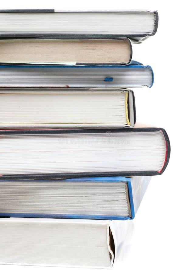 Pile des livres avec un livre ouvert photos libres de droits