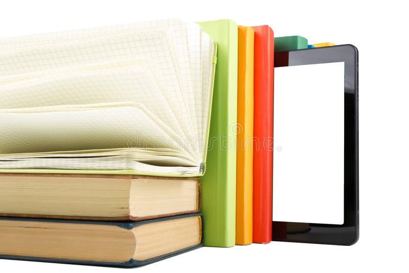 Pile des livres colorés et du lecteur électronique de livre Concept électronique de bibliothèque De nouveau à l'école Copiez l'es photos stock