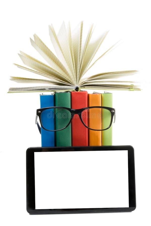 Pile des livres colorés et du lecteur électronique de livre Concept électronique de bibliothèque De nouveau à l'école Copiez l'es photographie stock libre de droits
