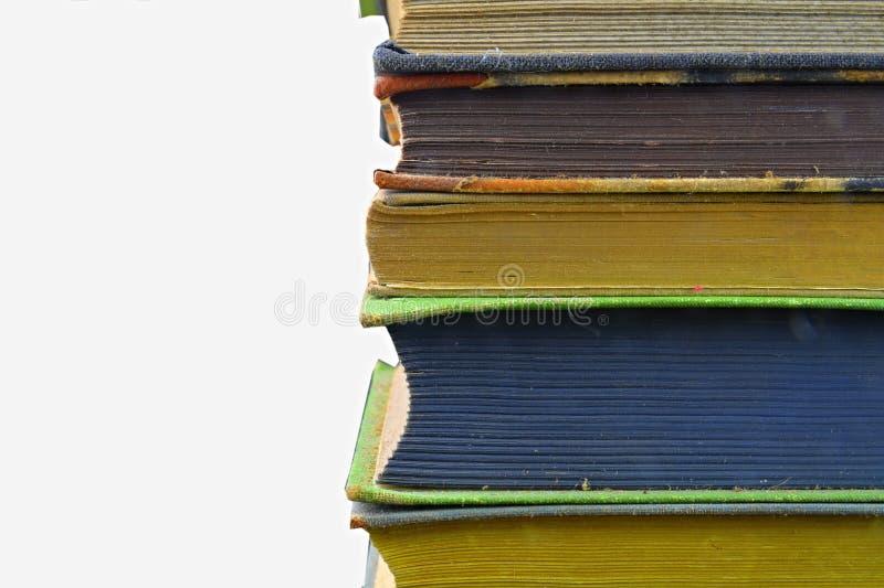 Pile des livres de cru de livre à couverture dure d'isolement avec l'espace de copie Fond blanc Plan rapproché images stock