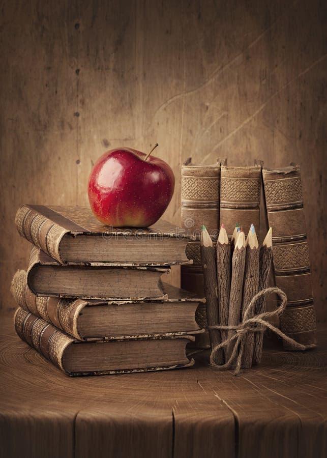 Pile des livres et de la pomme rouge photos libres de droits