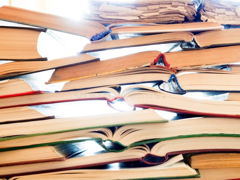 Pile des livres ouverts sur la table photo libre de droits