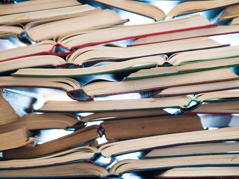 Pile des livres ouverts sur la table photo stock