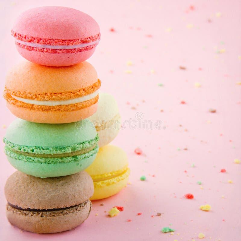 Pile des macarons colorés photo stock
