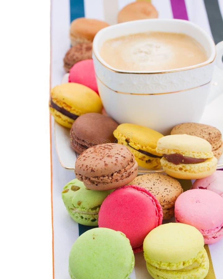 Pile des macarons et du café photo stock