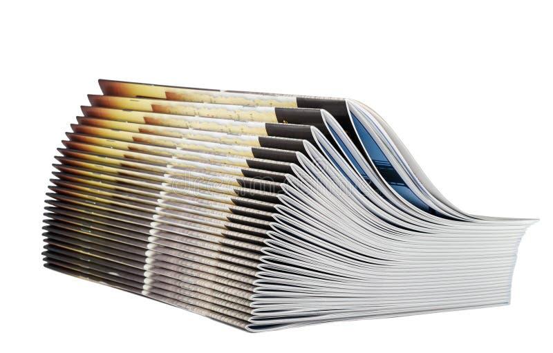 Pile des magazines d'isolement sur le fond blanc images stock